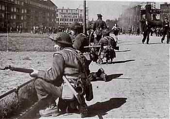 Canadian_soldiers_during_the_Battle_of_Groningen