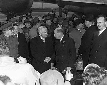 English: President Harry S. Truman (foreground...